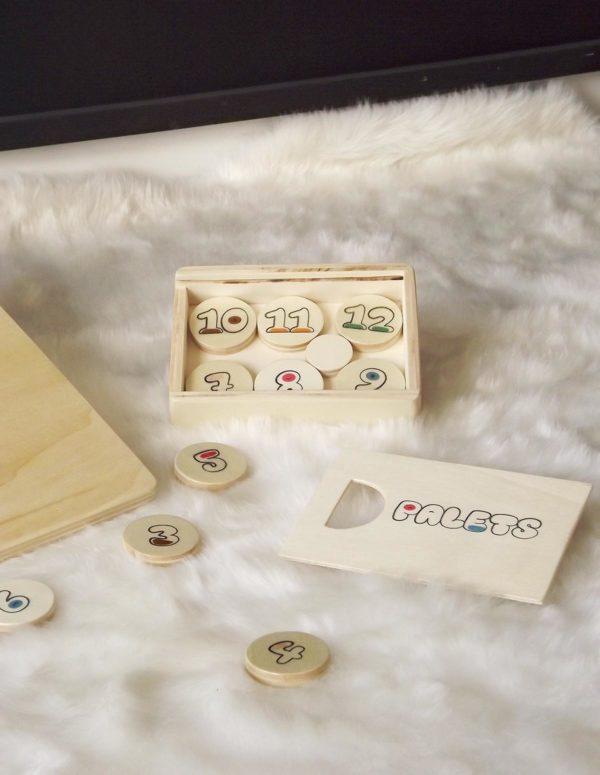 Boîte de rangement pour jeu de palets enfant. 12 palets en bois de peuplier et un palet maître fabriqués artisanalement.
