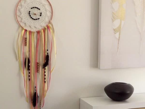 DIY attrape-rêves réalisé avec un enfant de 5 ans. Il est l'accessoire incontournable pour une décoration au style ethnique chic.