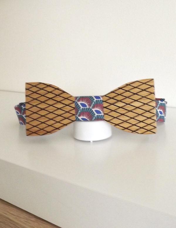 Accessoire de mode pour les hommes, ce noeud papillon en bois et fabriqué artisanalement est à porter avec un costume ou un smoking
