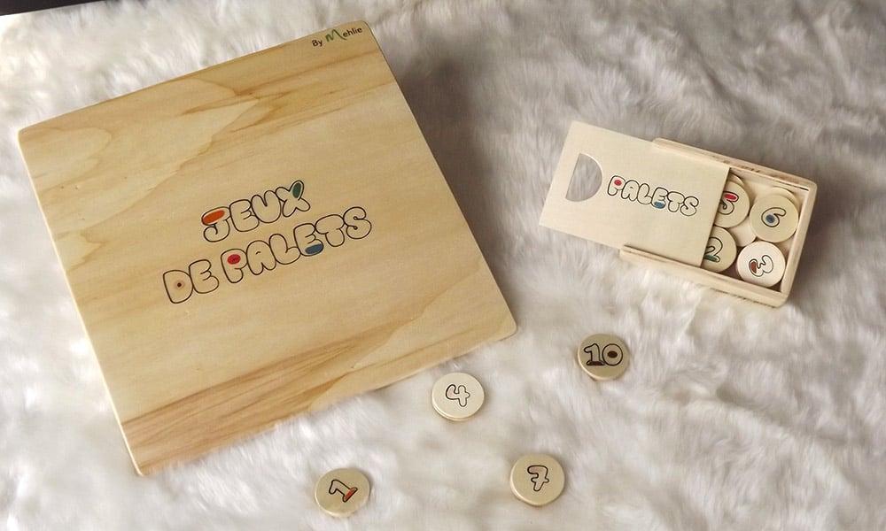 """Un jeu ludique et éducatif composé d'une planche en bois et de palets. Le palet """"maître"""" et les autres palets seront rangés dans une boîte de rangement."""