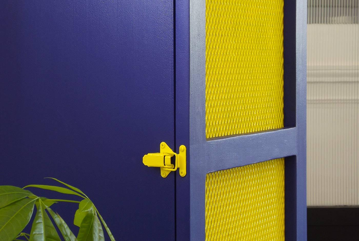 Meuble en bois de couleur jaune et bleu avec 3 étagères