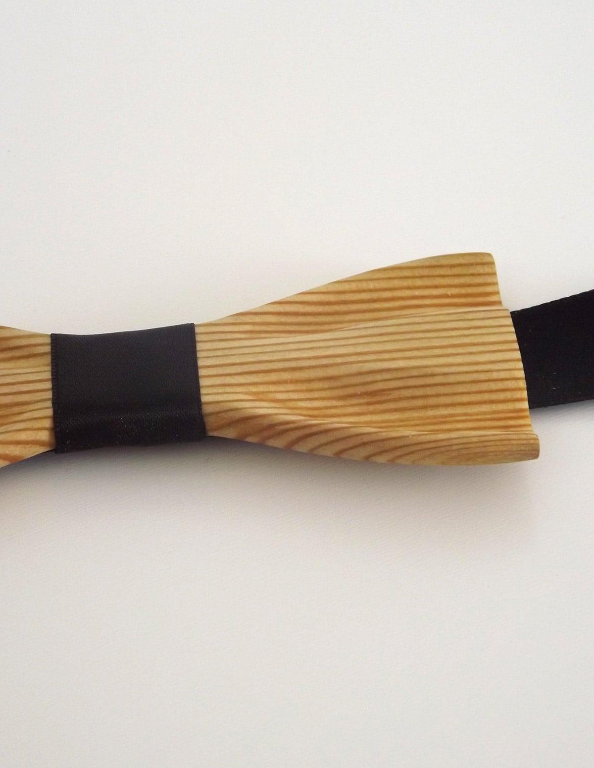 Un noeud papillon bois pour vos looks habillés ou décontractés. Son attache est réglable et s'adapte à toutes les morphologies.