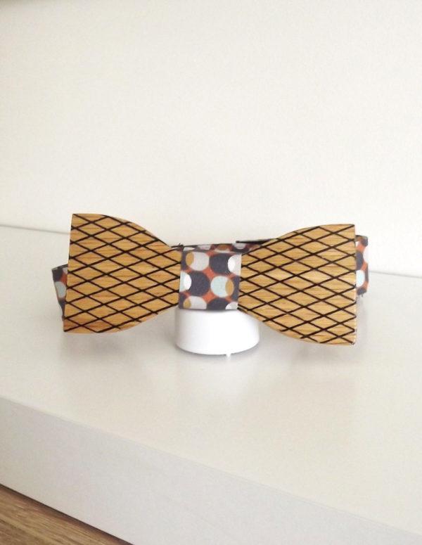 Un accessoire homme tendance, le noeud papillon en bois réversible et avec une attache modifiable.