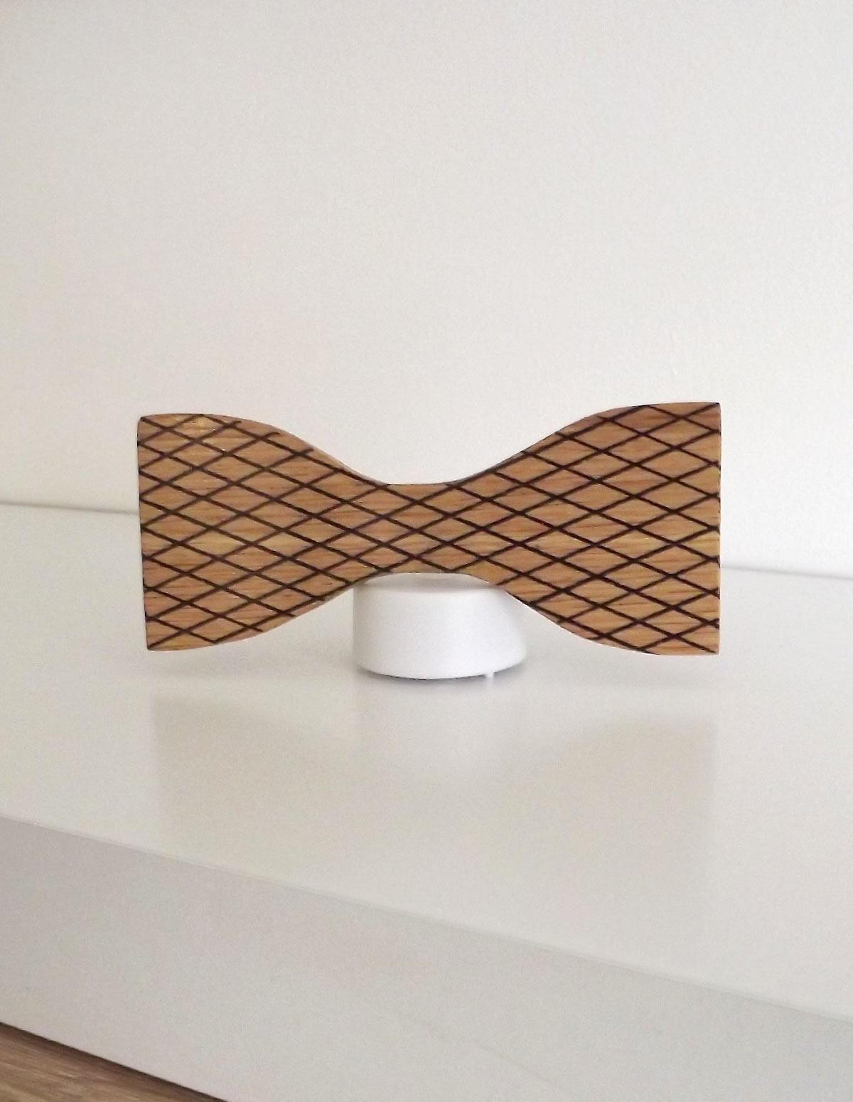 Forme de noeud papillon bois compatible avec les rubans de toutes les couleurs : bordeaux, bleu canard, noir, fantaisie