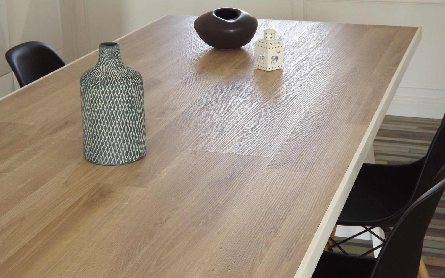 Table de salle à manger en bois avec du parquet stratifié imitation bois et peint en blanc réalisée par By Mehlie