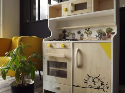 Cuisine artisanale en bois et de couleur jaune