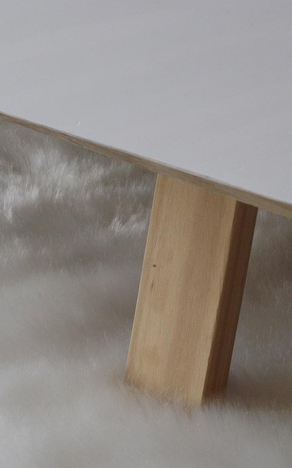 Table basse avec des pieds en bois inclinés