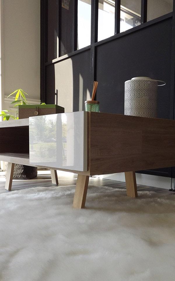 Table basse avec un tiroir blanc laqué et un entourage bois en stratifié et déco