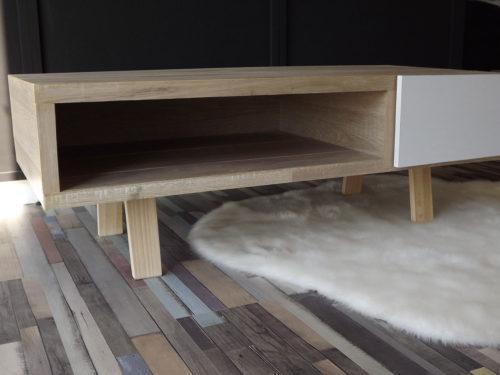 Table basse avec un tiroir blanc laqué et un entourage bois en stratifié