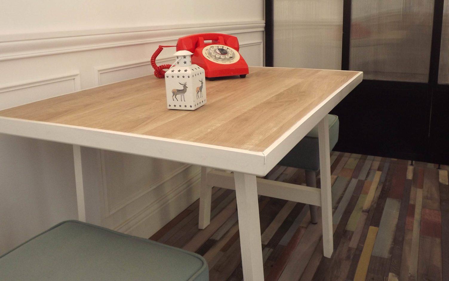 Table enfant en bois avec une peinture blanche et un parquet stratifié réalisée par By Mehlie