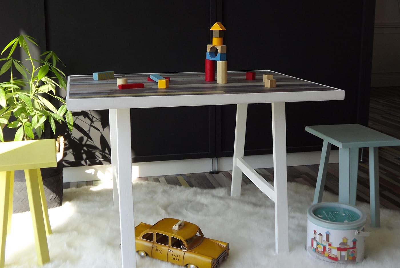 Table enfant avec 2 tabourets jaune et bleu. Cette table dispose d