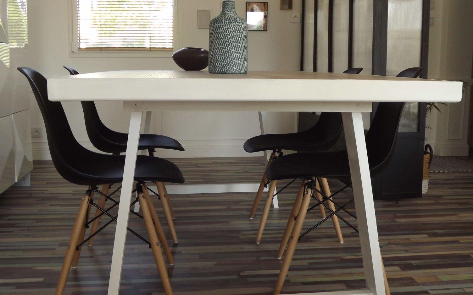 Table de salle à manger en bois avec du parquet stratifié imitation ...