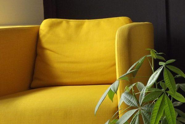 Fauteuil de couleur jaune