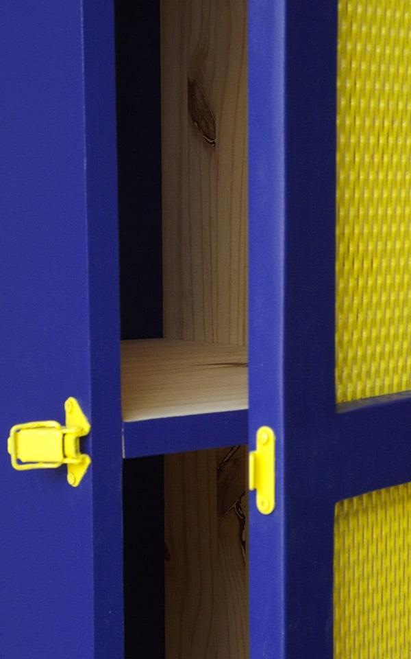 Attache meuble bleu et grillage avec peinture jaune