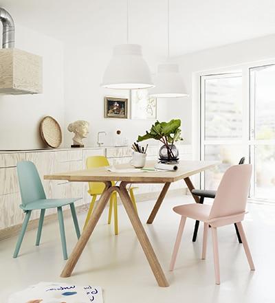 Un intérieur à la décoration scandinave avec des couleurs pastel.