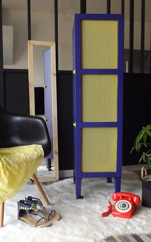 Meuble peint en bleu high teck et avec un grillage de couleur jaune