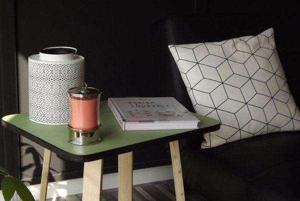 Le style scandinave avec un coussin au forme géométrique et des couleurs pastelles
