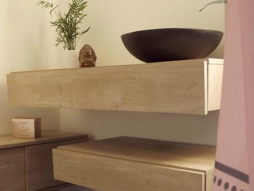 Meuble avec vasque et un robinet fontaine