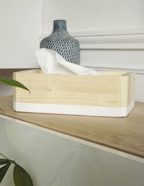 Boîte à mouchoirs fabriquée en bois de sapin avec son liseré blanc