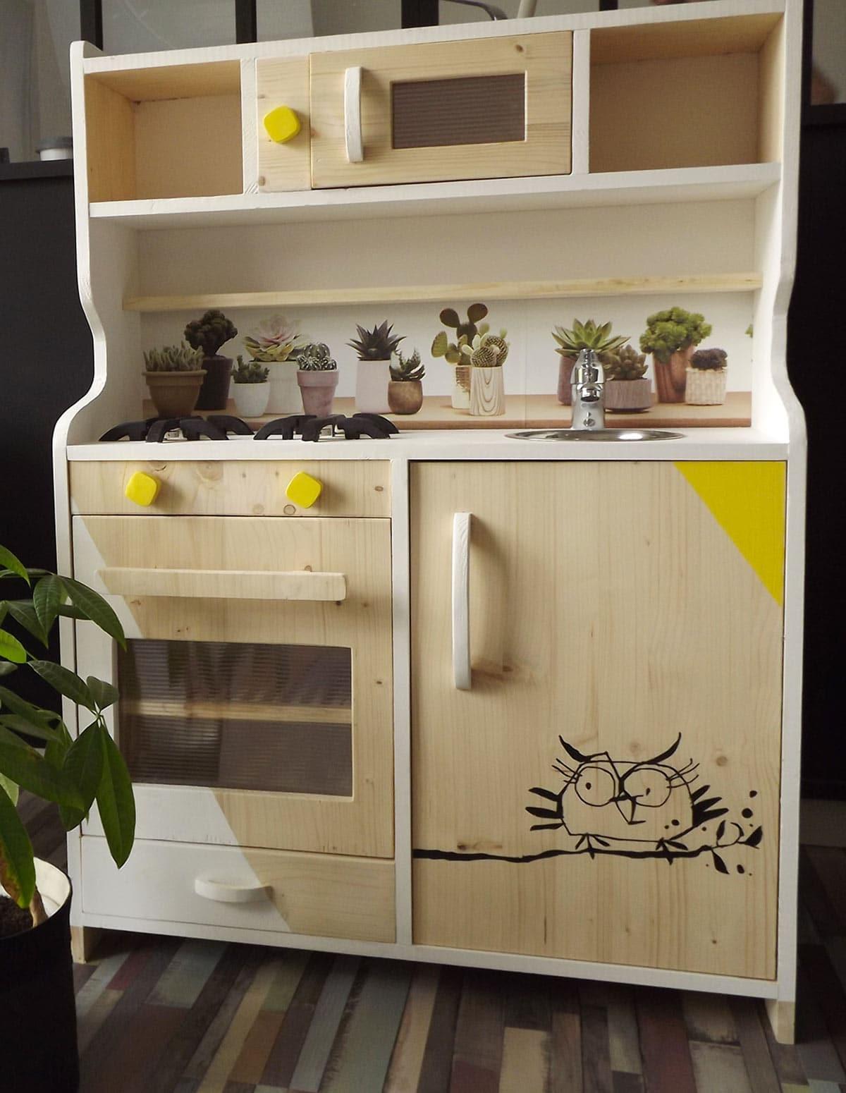une cuisine en bois jouet ador des enfants chaque. Black Bedroom Furniture Sets. Home Design Ideas