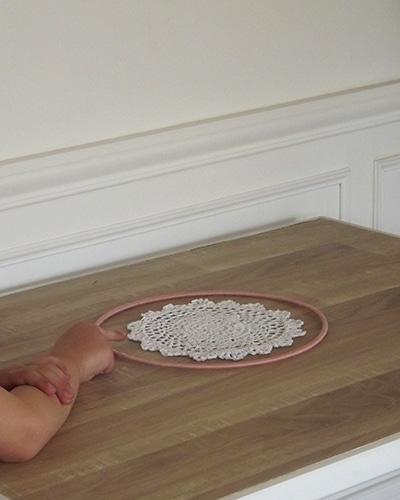 Fabriquer un attrape-rêves avec un cercle en métal et un napperon brodé.