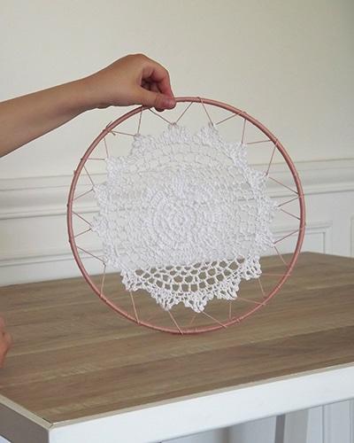 Cette étape consiste à attacher le napperon avec le cercle en métal recouvert de laine.