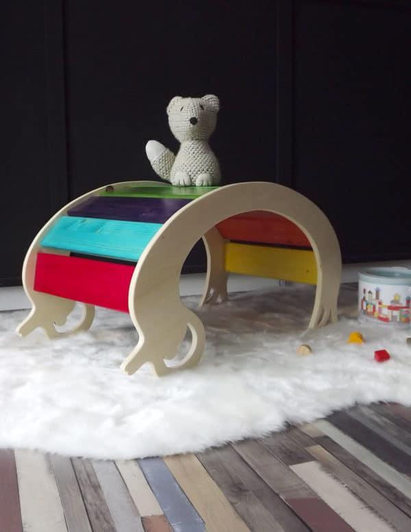 Jouet en bois avec un pont pour escalader. Un jeu intérieur ou l'enfant va jouet même par mauvais temps