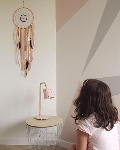 Un tutoriel attrape reve réalisé avec Enola, petite fille de 5ans avec son attrape-rêves dans sa chambre de petite-fille.