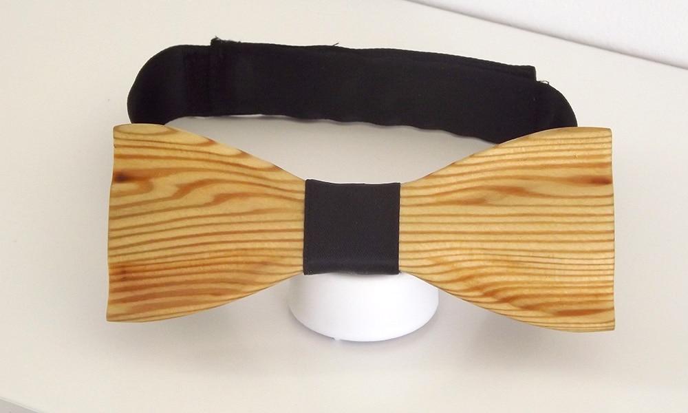 Un noeud papillon bois avec son attache en tissu de soie et de couleur noir.