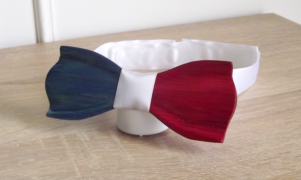 Le noeud papillon bois Al dente tricolore aux couleurs du drapeau français : bleu, blanc, rouge avec son attache en tissu de soie et adaptable à toutes les morphologies