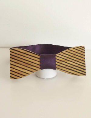 Un noeud réalisé par un artisan et de façon artisanale. Livré avec deux rubans dont un de couleur violette.