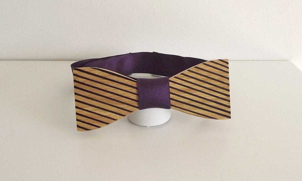 Noeud papillon bois avec son attache violette et réglable. Ce noeud papillon a été fabriqué avec du chêne pour sa couleur miel
