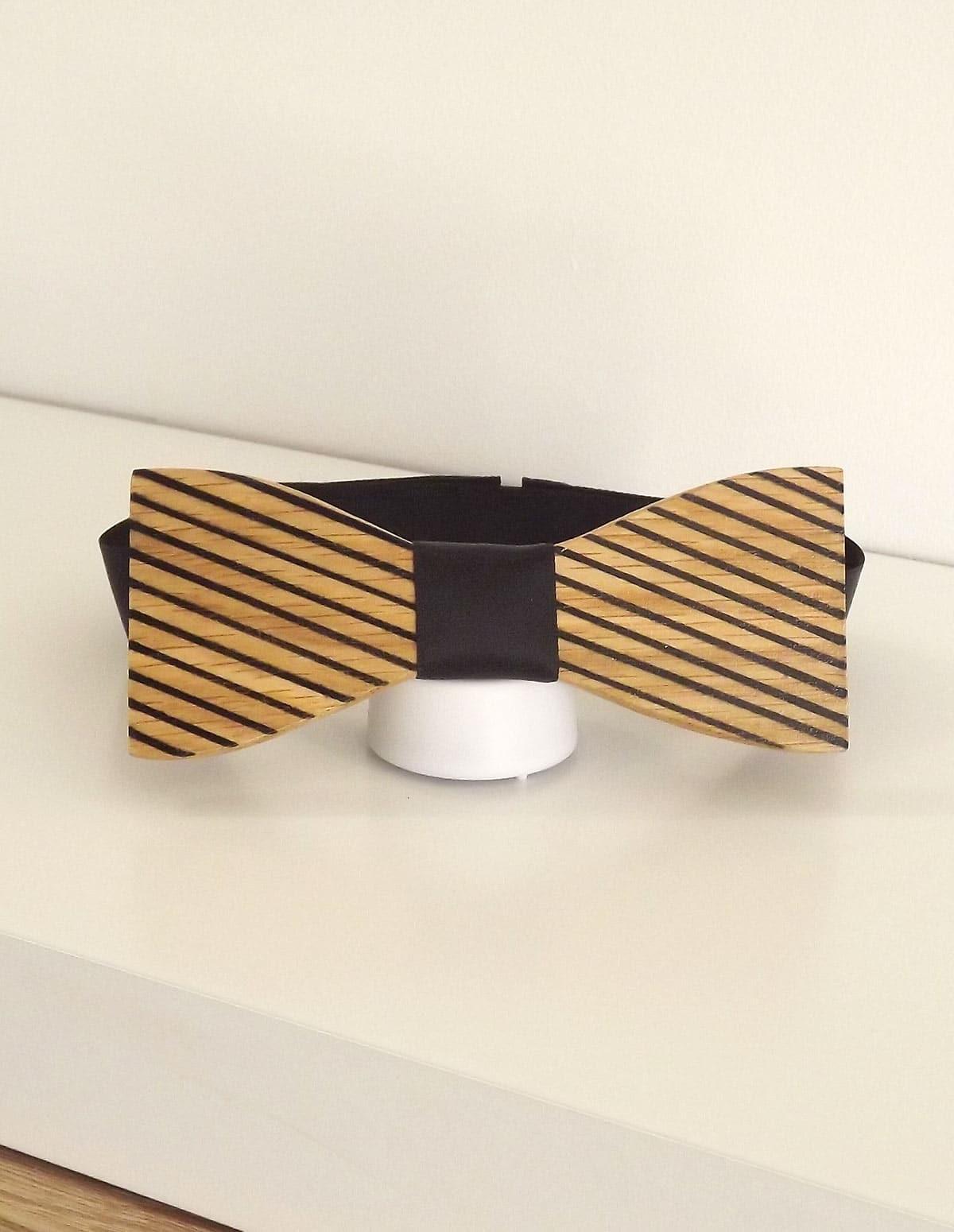 Noeud papillon bois aux rayures de cet bel animal : le zèbre. Une fabrication fait main avec son attache adaptable.