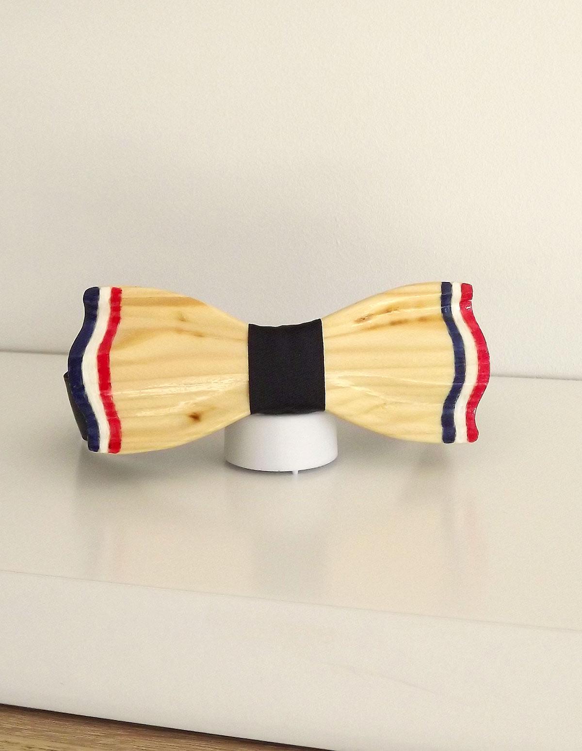 Le noeud papillon bleu blanc rouge est disponible avec une attache noir. Son ruban noir est en satin avec aux extrémités un scratch pour régler ce noeud papillon.