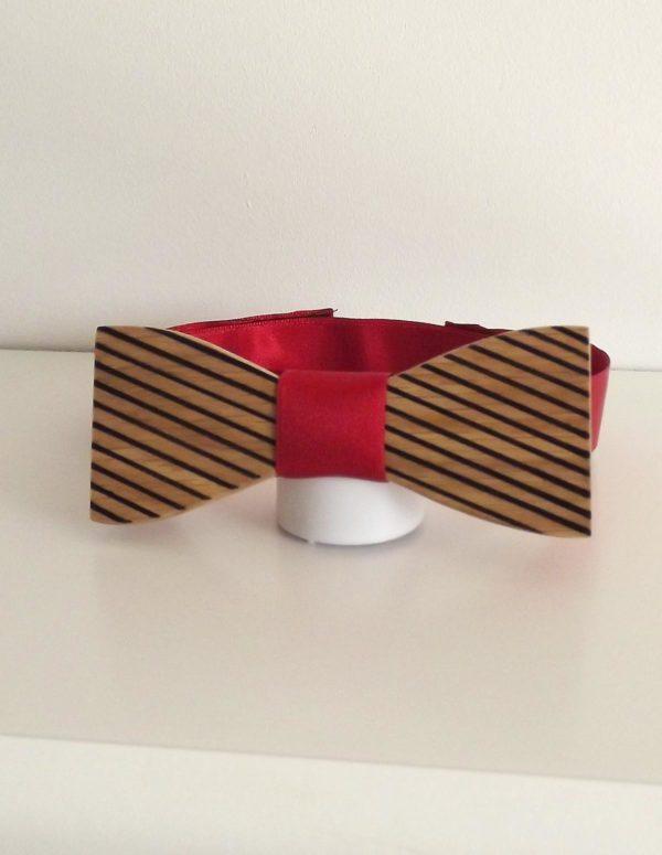 Noeud papillon bois zèbre avec une attache réglable rouge. La matière de ce ruban du satin.