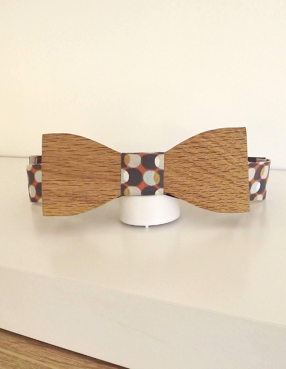 Noeud papillon bois élégant avec une attache originale et fantaisie. Un accessoire homme toujours à la mode.