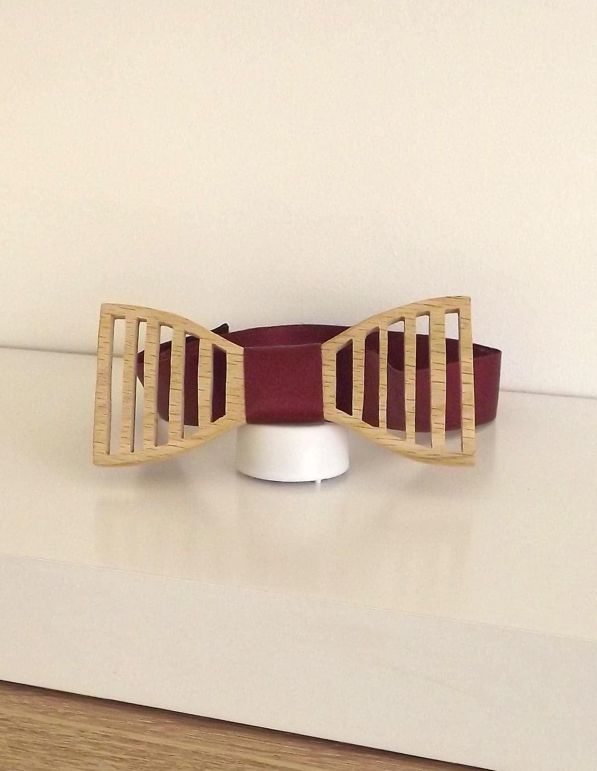 Un accessoire à la mode le noeud papillon est de retour et cette fois en bois. Alors messieurs, n'hésitez plus opter le noeud papillon bois.