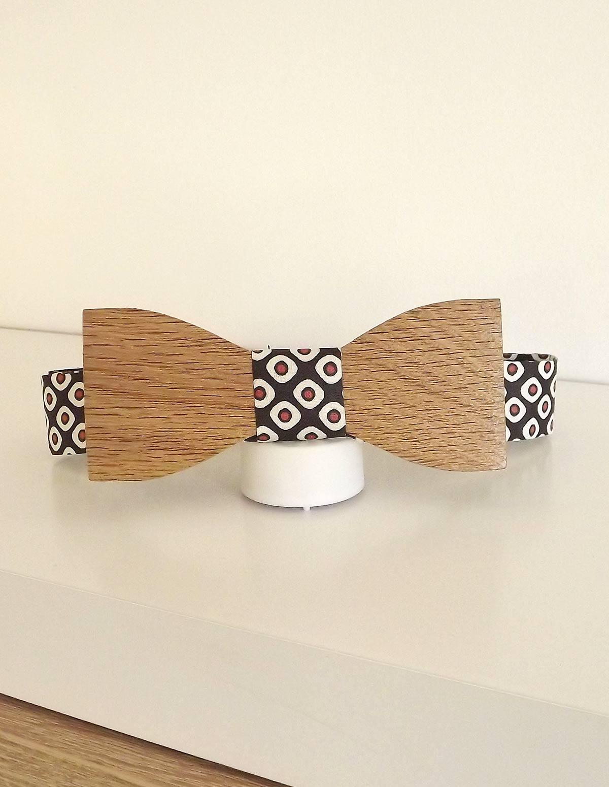 Ruban fantaisie à utiliser avec un noeud papillon en bois. Elégant et original.