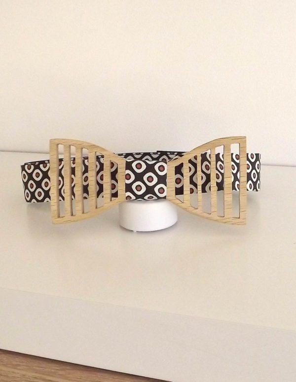 Un noeud papillon avec une attache réglable selon votre tour de cou et l'épaisseur du col de votre chemise
