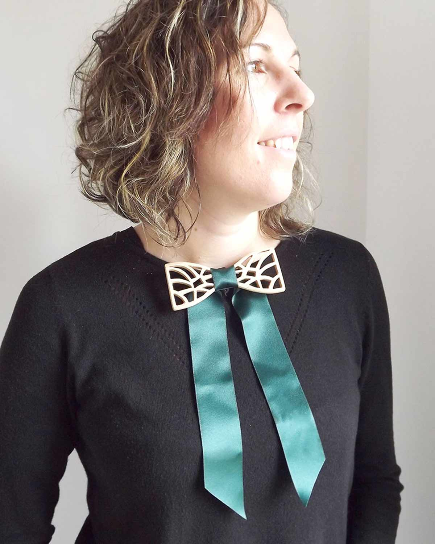 Cet accessoire design, le noeud papillon femme s'adapte pour le porter avec un pull ou une chemise