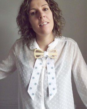 Accessoire de mode original et design pour femme pour porter avec une chemise