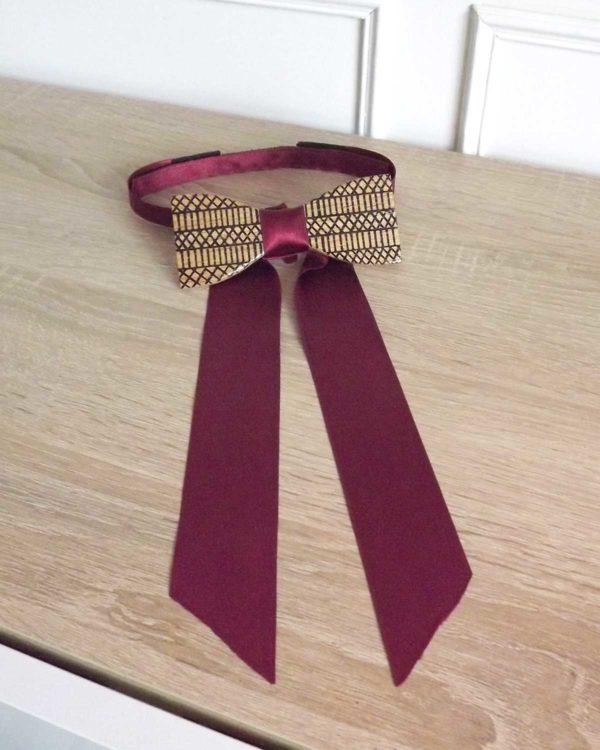 Le noeud papillon bois ethnique pour les femmes avec son ruban satin bordeaux