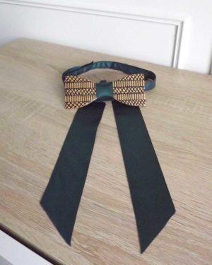 L'attache de ce noeud papillon bois est de couleur verte et s'utilise avec tous les hauts.