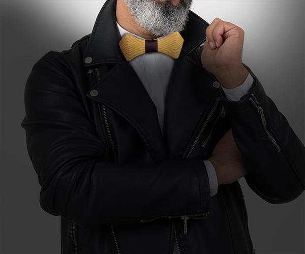 Homme barbu portant un noeud papillon bois avec sa veste en cuir