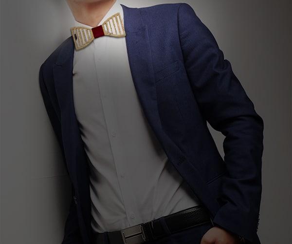Noeud papillon bois homme avec un ruban bordeauxporté avec un costume bleu et une chemise blanche