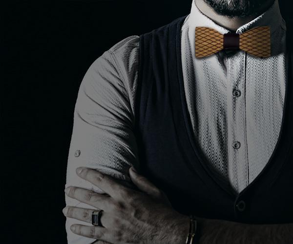 Noeud papillon bois homme porté avec une chemise blanche et un gilet de costume