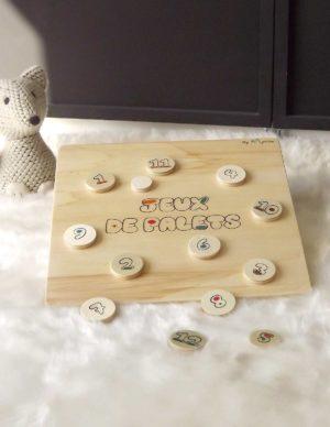 """Jeu de palets en bois fabriqué en bois de peuplier. Ce jeu est composé de 12 palets, d'un palet """"maître"""" et d'une planche."""