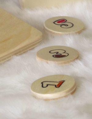 Palets en bois de peuplier avec dessus des chiffres représentés graphiquement et ludique pour votre enfant